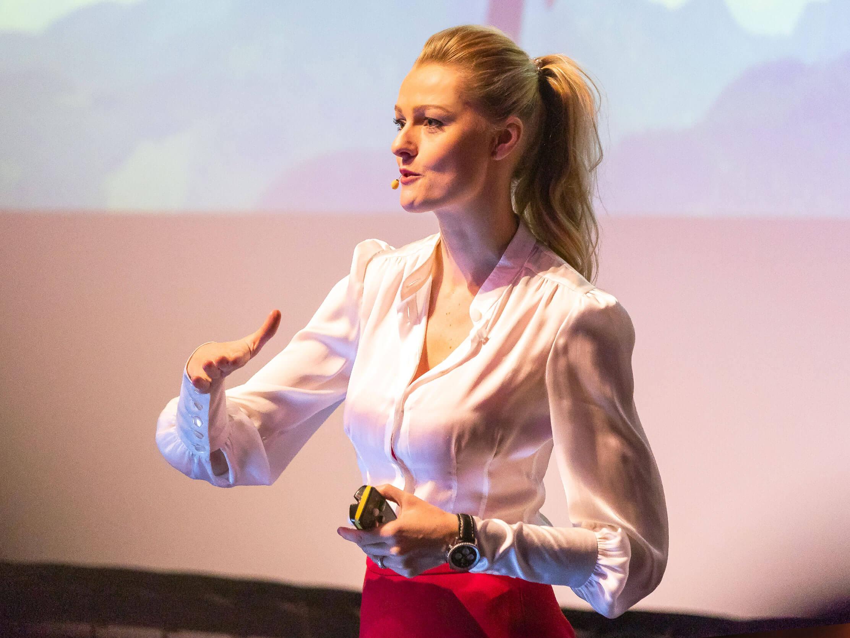 miriam_höller_stuntfrau_speaker_moderatorin_grafik_startseite_2